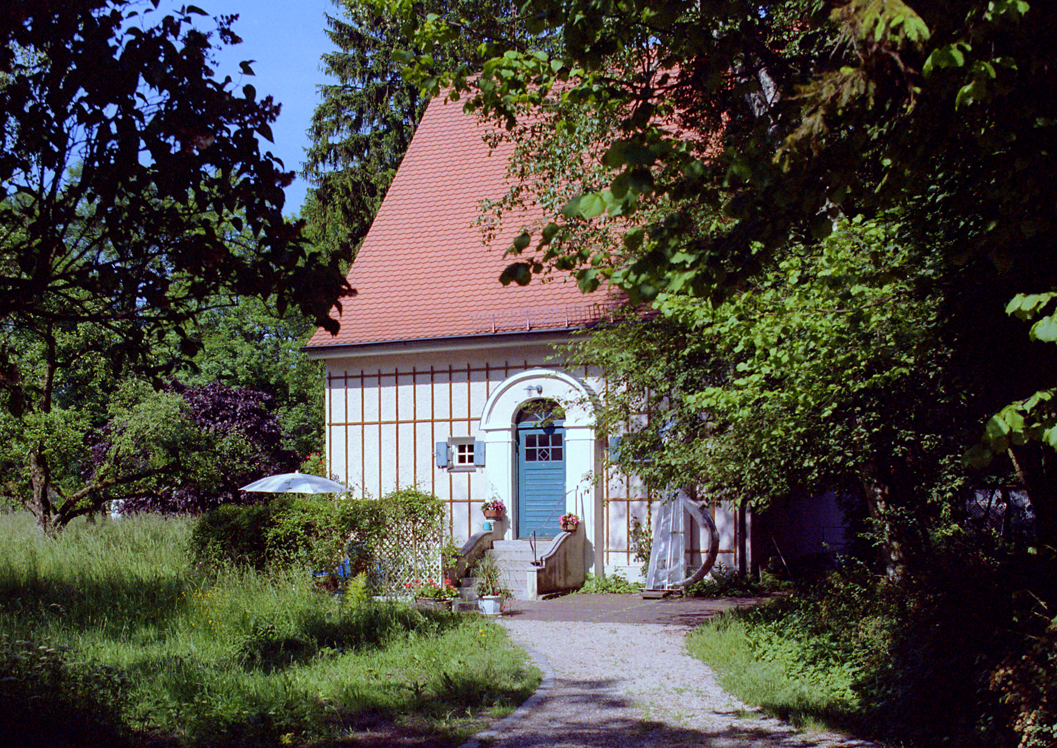 Artists´ House of Carl Thiemann, small house with blue door in huge garden. Picture: Peter Riester