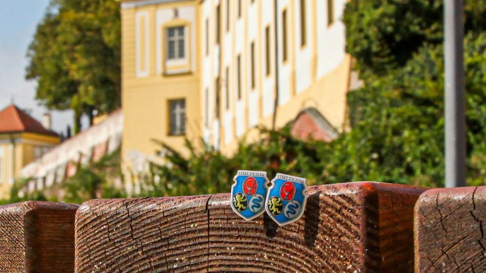 Souvenir of the city of Dachau, photo of pin for hats in front of Dachau palace