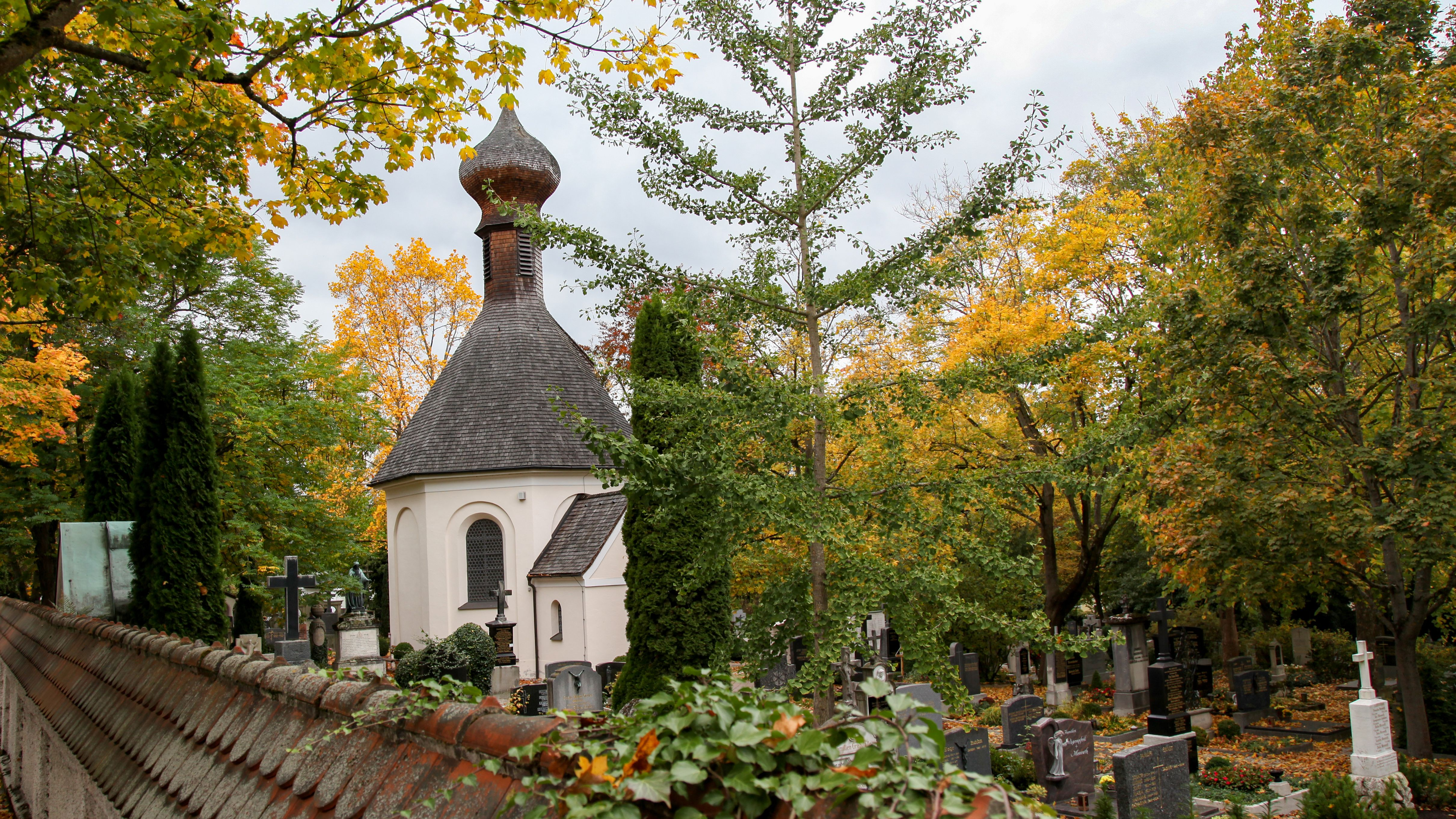 Old cemetery Dachau: Chapel and graves under big trees, Picture: City of Dachau, Florian Göttler