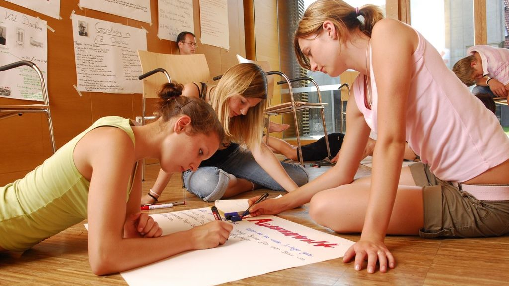 Max-Mann­hei­mer-Haus, Study Centre & Youth Hostel, Picture Showing Kids at work.